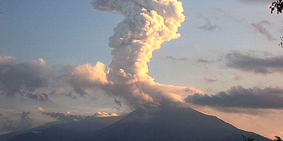 Volcán de Colima emite exhalación de cuatro mil metros - Foto de @webcamsdemexico