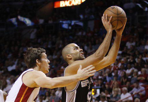 Tony Parker llega a mil partidos - El escolta francés Tony Parker, de los Spurs de San Antonio, se prepara para disparar frnete a Goran Dragic, del Heat de Miami, en el partido del martes 31 de marzo de 2015 (AP Foto/Joe Skipper)