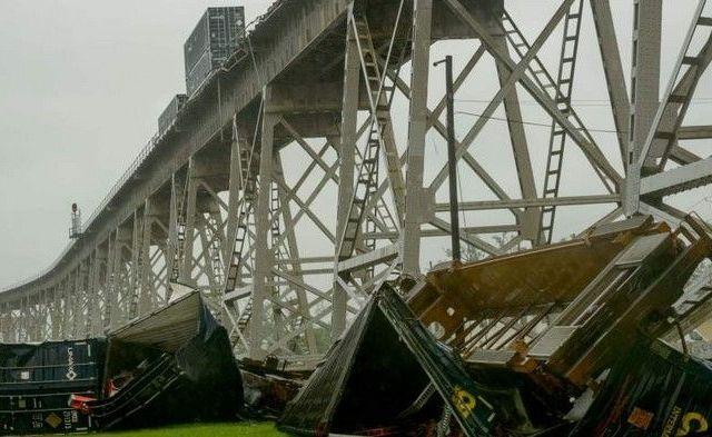 Viento tira tren en Nueva Orleans - Tren derrumbado por viento