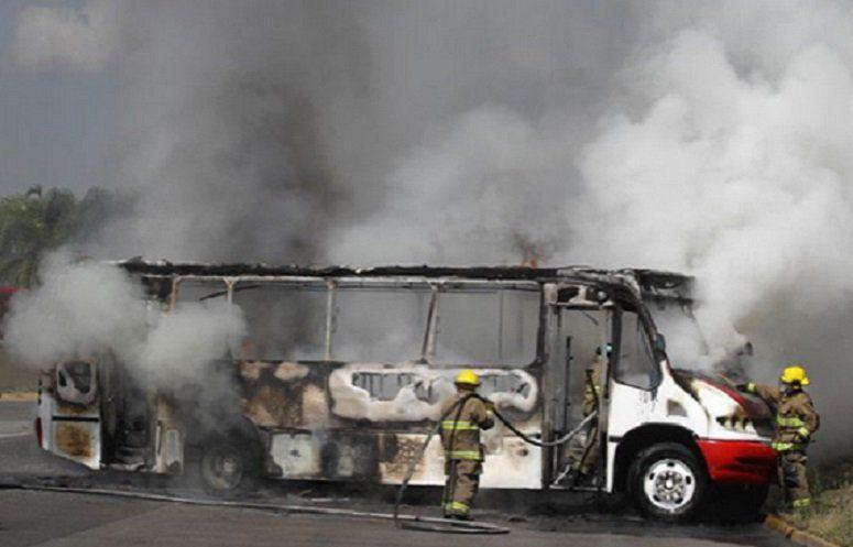 Graban momento en que incendian autobús en Jalisco - Graban momento en que incendian autobús en Jalisco