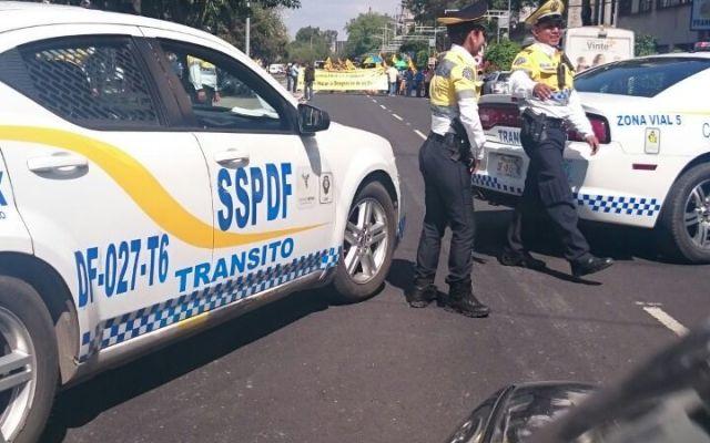 Bloqueo de manifestantes detiene tráfico en Eje 4 - Foto de Pedro Montaño
