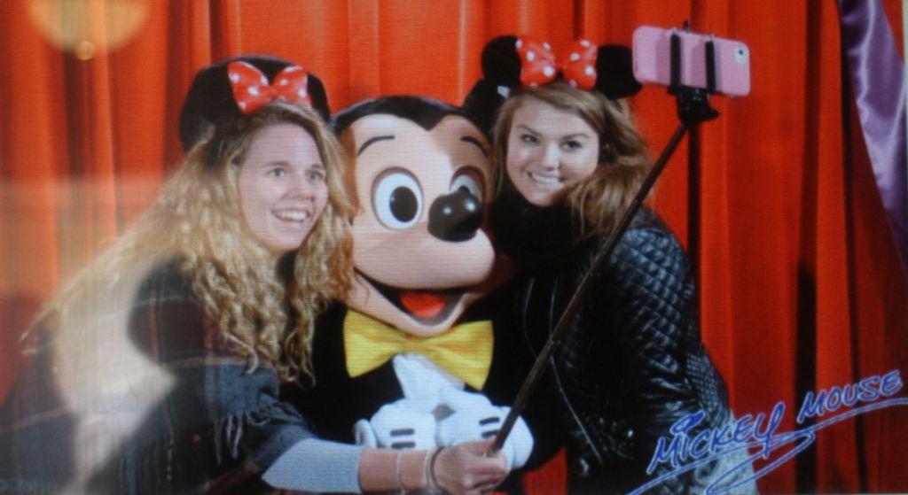 Disneylandia prohíbe los selfie sticks