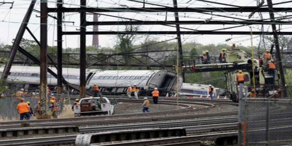 Ya son ocho muertos por descarrilamiento de tren en Filadelfia - Foto de The Washington Post.
