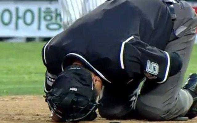 Video: Golpe bajo a un umpire - Video: Golpe bajo a un umpire