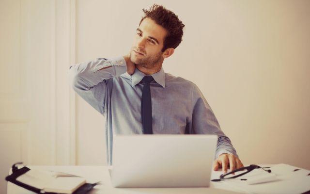 Usar móviles en exceso podría provocarte el síndrome de cuello roto