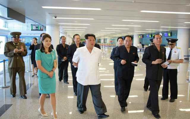 Muestran nuevo aeropuerto de Corea del Norte - Kim Jong-Un visita el nuevo Aeropuerto de Pyongyang. Foto de KCNA