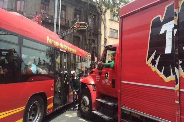 Choca Metrobús con camión de cerveza en Bucareli - Metrobús choca contra camión de cerveza en avenida Bucareli. Foto de El Universal