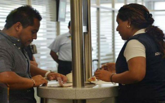 Despiden a 100 oficiales de comercio exterior por corrupción - El semáforo se prendió en rojo y el hombre fue conducido a una revisión exhaustiva. Foto de periodistasquintanaroo.