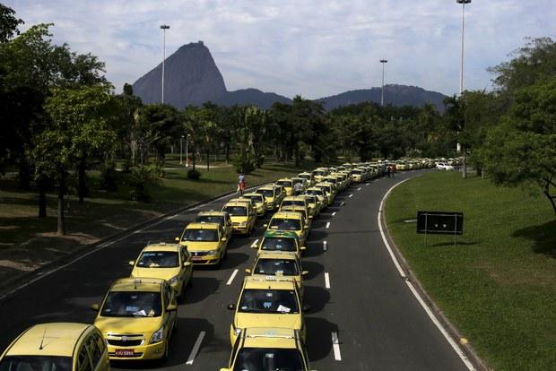 Taxistas protestan contra Uber en Brasil - Foto de La Jornada