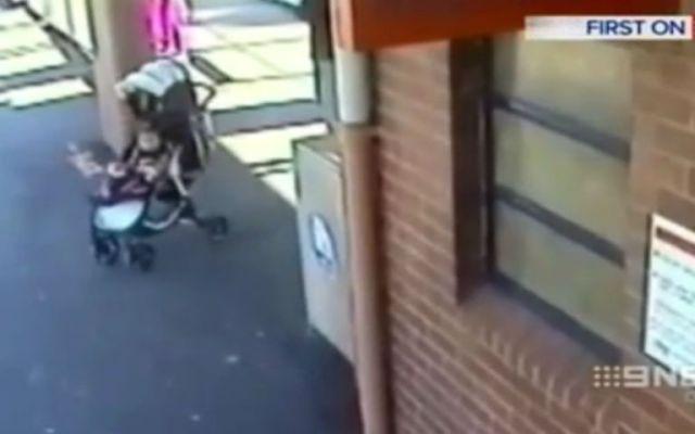 Salva a su nieta de ser atropellada por un tren - Foto de YouTube.