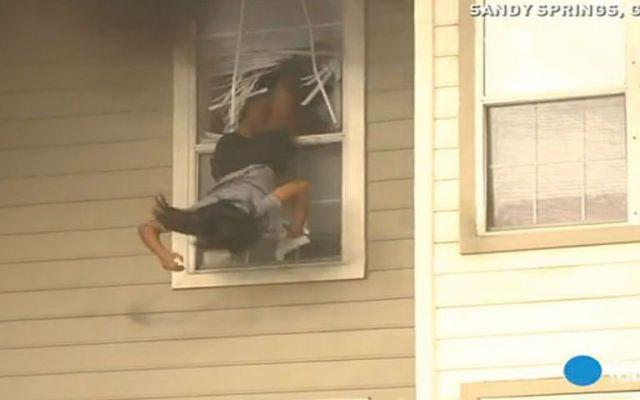 Una joven se avienta de cabeza de una casa en llamas - Foto de USA Today.