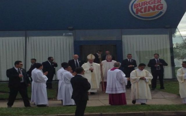 Papa Francisco visita un Burger King de Bolivia