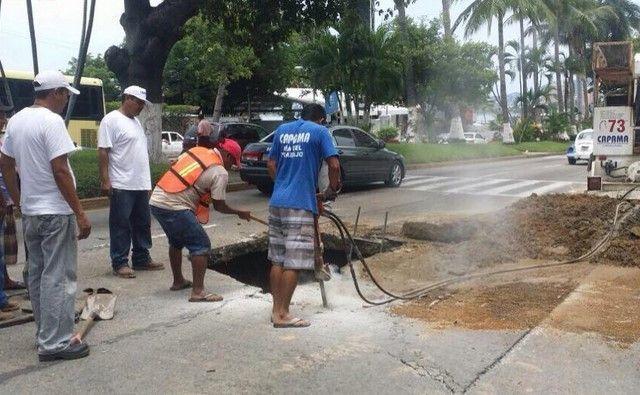 Cierran Costera Miguel Alemán para arreglar el drenaje - Foto de @AcapulcoGob