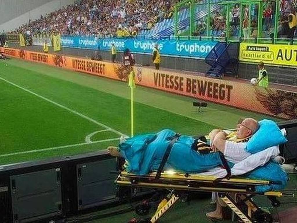 Disfruta partido de futbol desde su camilla en el estadio - Foto de Internet