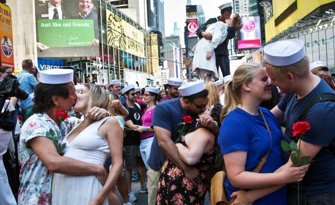 Conmemoran fin de la Segunda Guerra Mundial con recreación del beso de Times Square - Decenas de parejas se reunieron en Nueva York para recrear este beso de 1945. Foto de AP