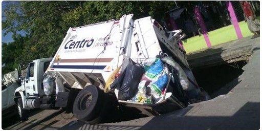 Socavón se traga a camión y permanece ahí más de un día