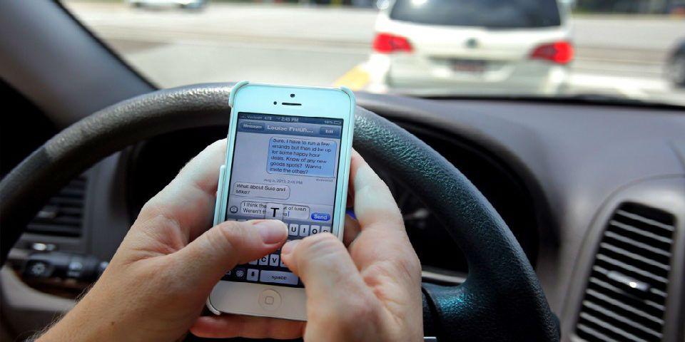Usar el celular al manejar es la primera causa de accidentes viales - Foto de wayerless.com