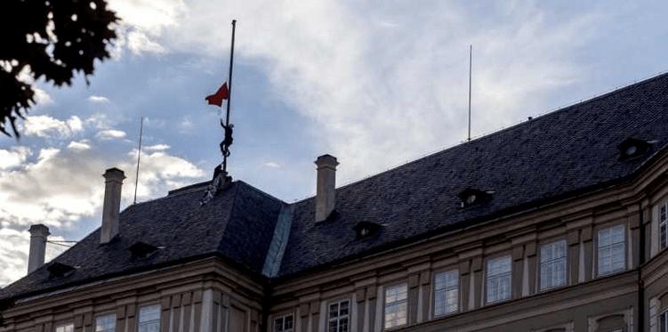 Cambian bandera por calzón en Praga