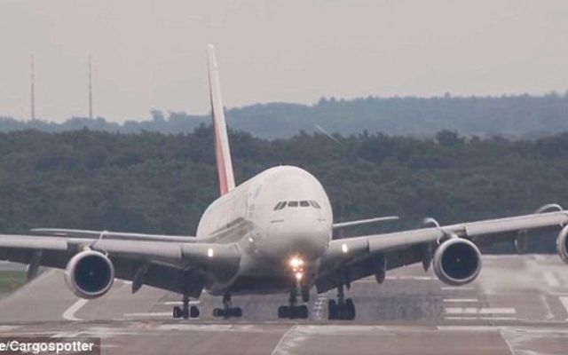 Video: fuertes vientos complican aterrizaje de Emirates A380 - Foto de Youtube