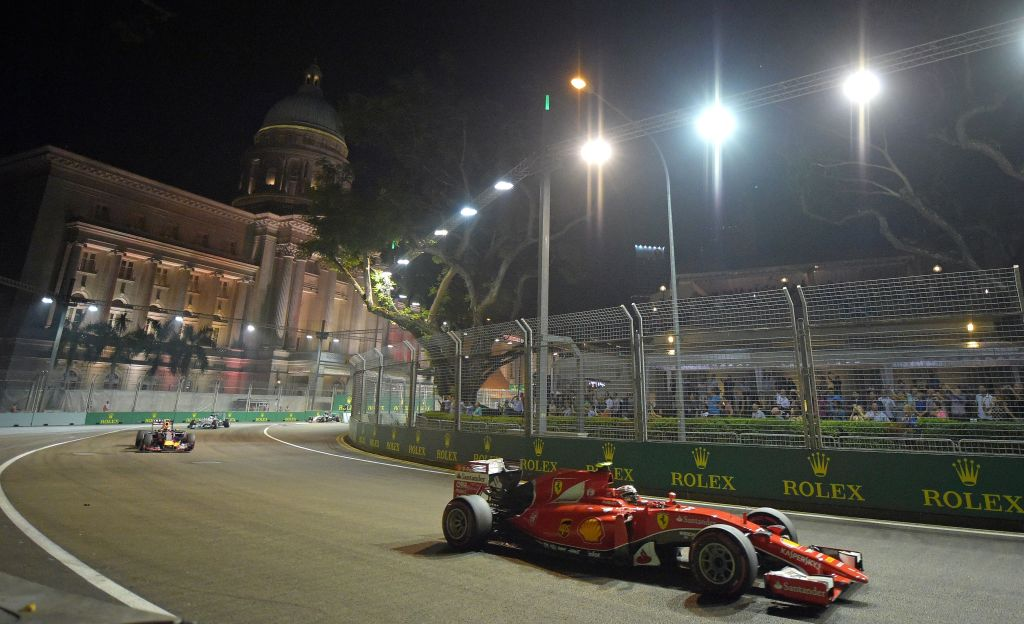 Vettel gana el Gran Premio de Singapur - El piloto del equipo Ferrari Sebastian Vettel conduce su auto durante el Gran Premio de Singapur que se corrió el domingo 20 de septiembre de 2015 en el circuito Marina Bay City. (Foto AP/Joseph Nair)