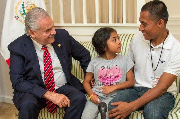 Niña migrante se reúne con embajador mexicano - Se reune la pequeña Sophie con embajador Basañez - Foto de Twitter