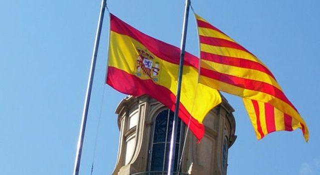 Rajoy da ultimátum a Puigdemont para aclarar independencia de Cataluña - Banderas de España y Cataluña. Foto de Internet