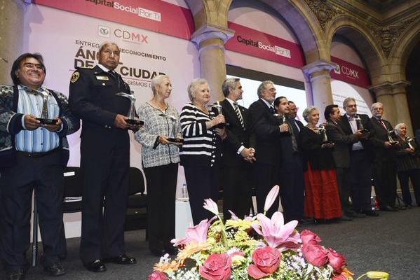 Reciben Plácido Domingo y Elena Poniatowska Premio Ángel del GDF - Foto de @ManceraMiguelMX