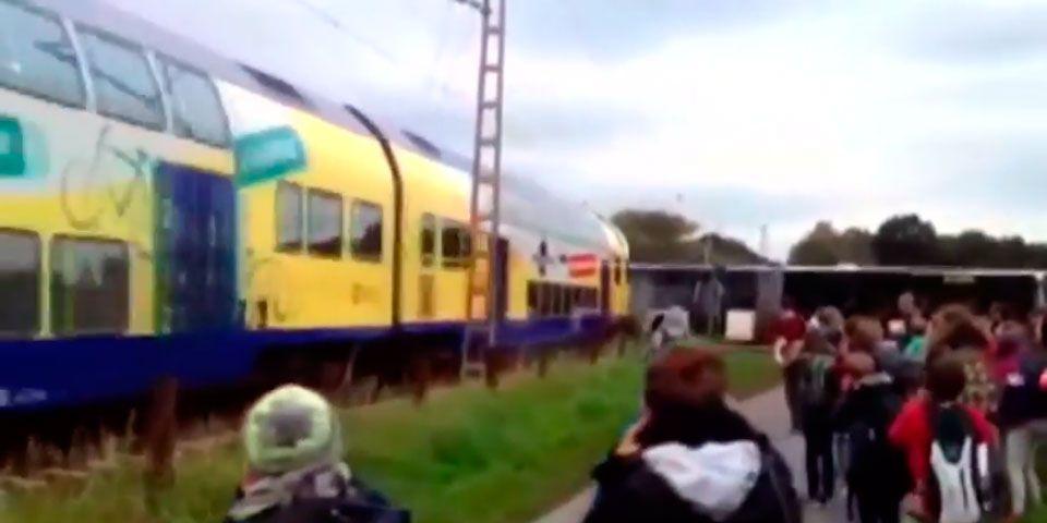 Video: tren impacta contra autobús escolar - Foto de Youtube