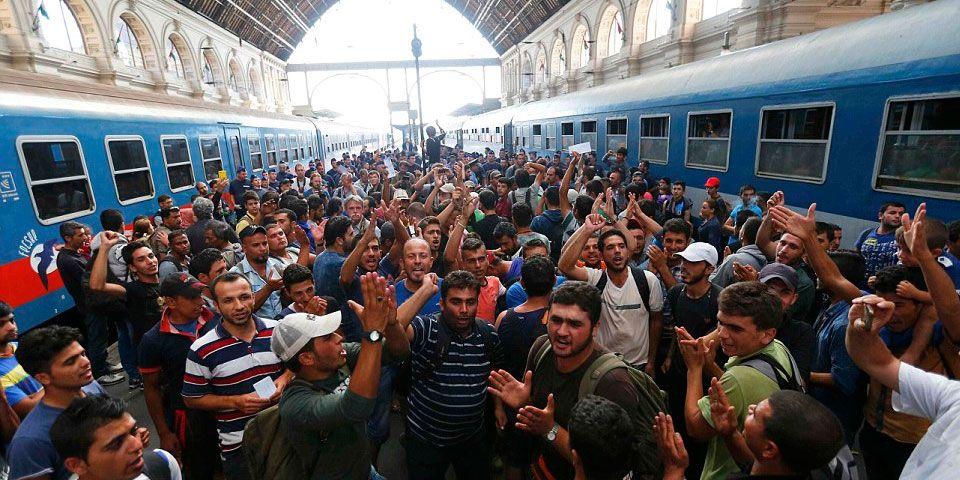 Crisis migratoria ocasiona caos en estación de tren en Hungría - Foto de Reuters