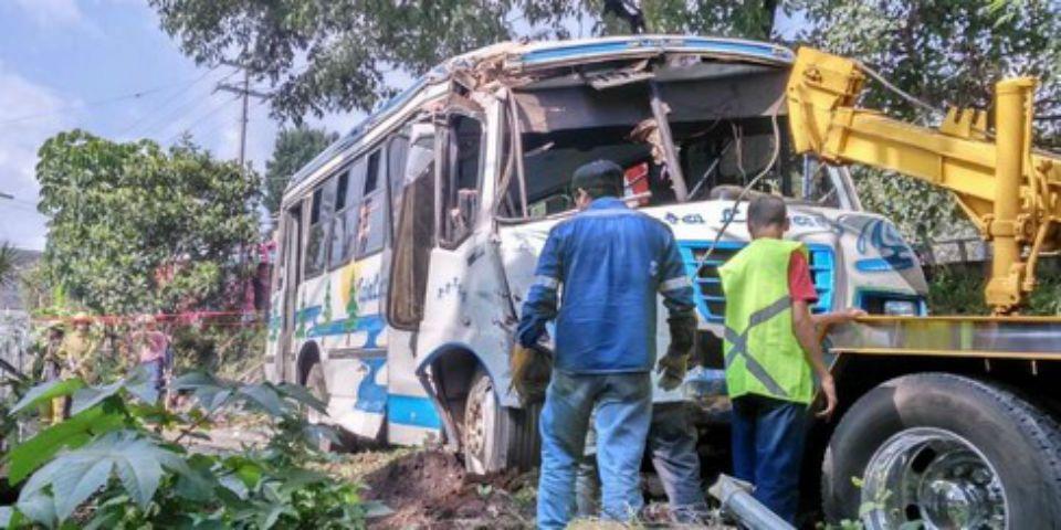 Volcadura en Uruapan deja 30 estudiantes heridos - Foto de Twitter