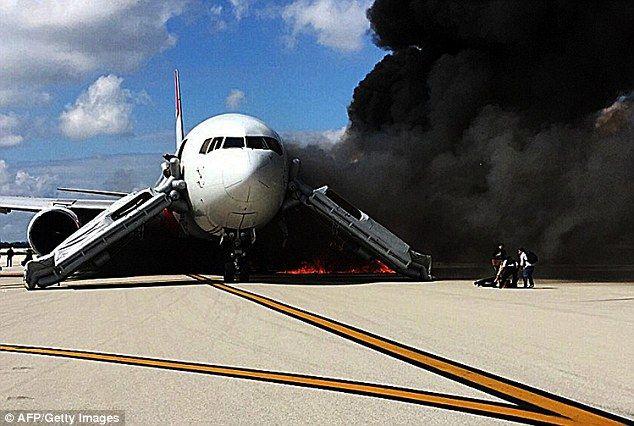 Avión se incendia en pista de aeropuerto de Florida - El avión del vuelo 2D0405, que se dirigía a Caracas, Venezuela, tuvo una falla en el motor izquierdo, misma que propició el fuego
