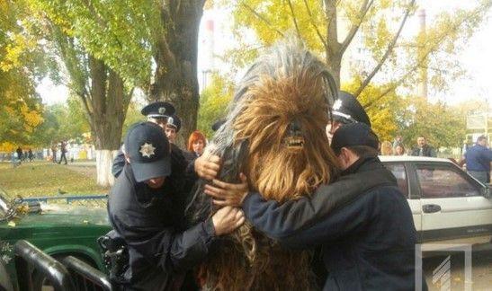 Detienen a Chewbacca por violar leyes electorales de Ucrania - Foto de @kh_reader