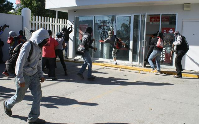 Vandalizan encapuchados en marcha por el 2 de octubre en Oaxaca - Foto de Quadratín