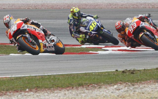 Rossi, sancionado por patear a Márquez - Foto de AP