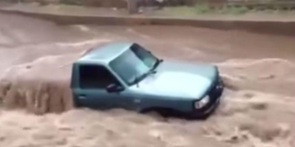 Video: corriente arrastra camioneta en Guaymas - Foto capturada de video