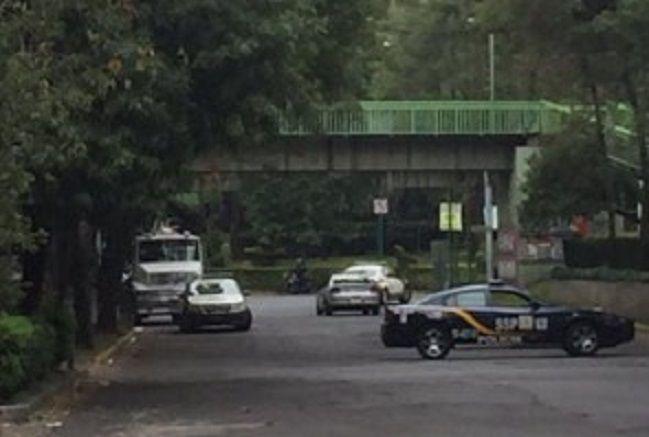 Hallan a suicida en puente del D.F. - El puente peatonal del cruce de División del Norte y Amores fue acordonado por las autoridades - Foto de Twitter