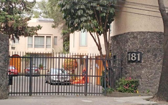 Hombre que mató a su familia notificó a un hermano el crimen - Acceso al fraccionamiento donde habitaba la familia - Foto de Excélsior