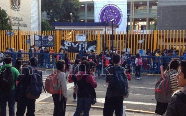 Grupo de estudiantes de la Prepa 8 cierra plantel - Foto de @Ramkarc