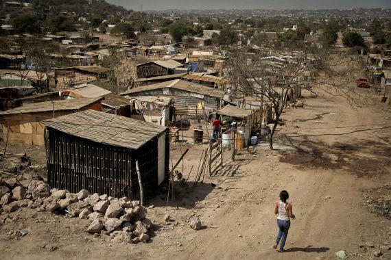 En 2014 disminuyó la pobreza extrema: CONEVAL - Precaristas en las laderas de un cerro - Foto Cuartoscuro