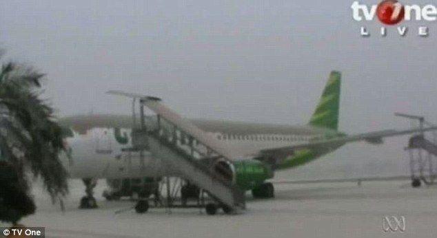 Cancelan vuelos en Indonesia por actividad volcánica - La densa nube de ceniza impidió la salida de aviones del aeropuerto - Foto de TVOne