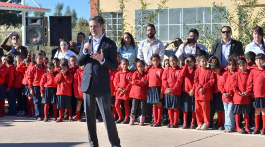 Invertirá SEP 2 millones para rehabilitar escuelas en Chihuahua - Aurelio Nuño mientras realiza honores a la bandera en una escuela en Chihuahua - Foto de internet