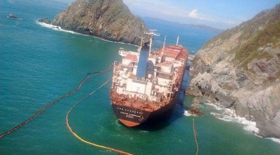 """Llegan embarcaciones para realizar trasiego de combustible del buque """"Los Llanitos"""" - Foto de Profepa"""