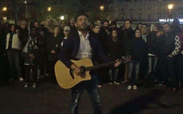 Cantante rinde tributo multitudinario en Plaza de la República - Guitarrista rinde tributo a víctimas de ataques en Francia - Foto de Twitter