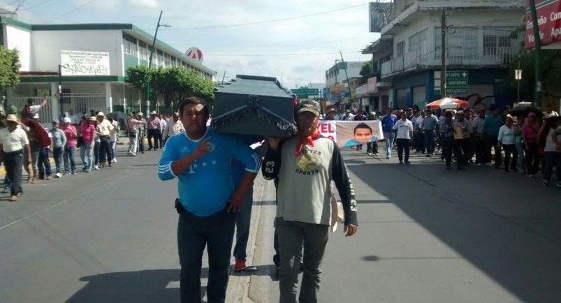 CNTE marcha con cuerpo del maestro que murió atropellado - Foto: Twitter Carlos Estrada