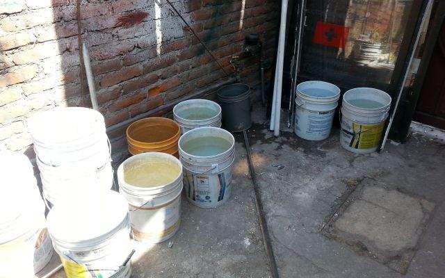 Incrementa el precio de cubetas y tinacos ante megacorte de agua - Vecinos tratan de guardar la poca agua que cae en cubetas de 20 litros