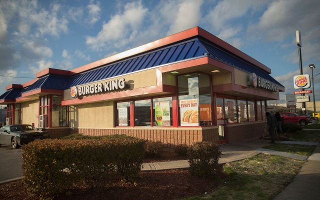 Empleados rompen vidrios de Burger King por broma telefónica - Burger King de Coon Rapids, Minesota. Foto de News United.