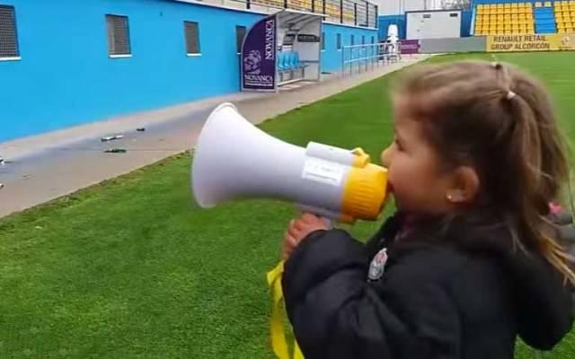 Video: niña dirige a aficionados del Alcorcón - Foto de YouTube