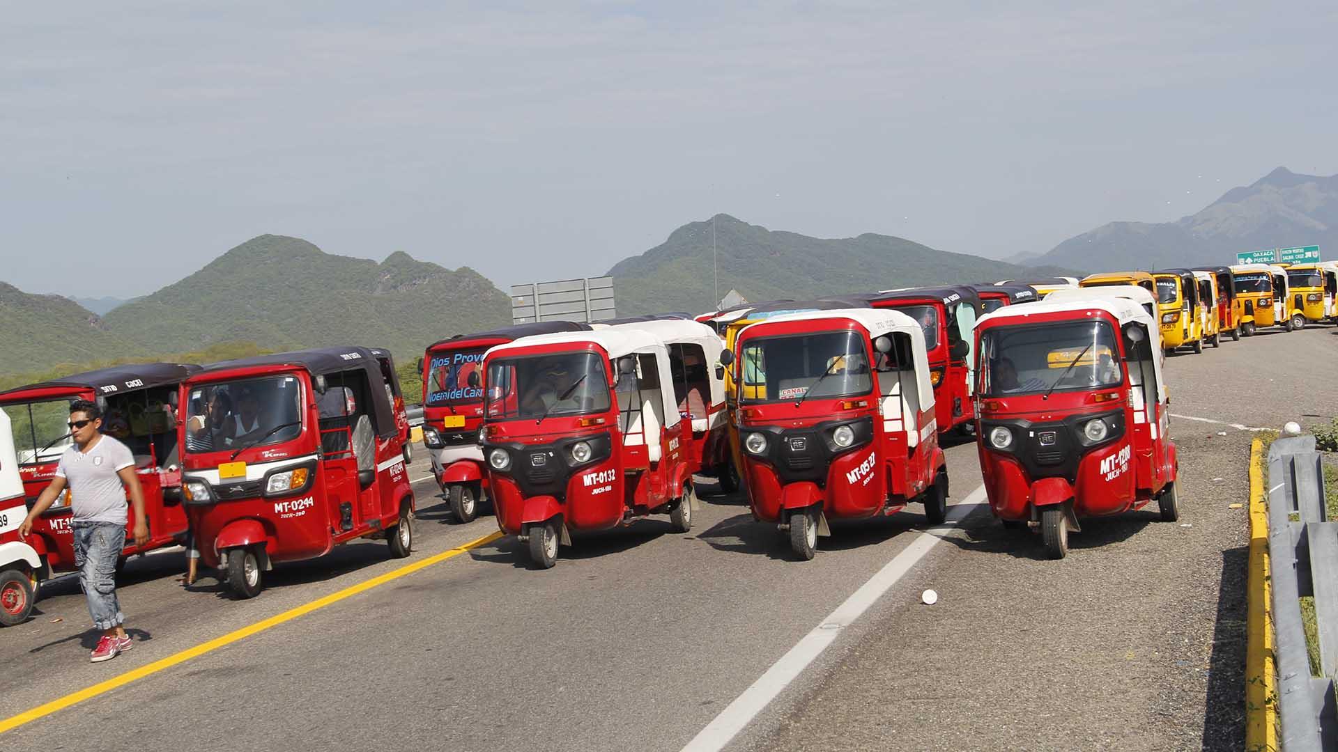 Mototaxis bloquean la carretera. Foto de Noticias Net.