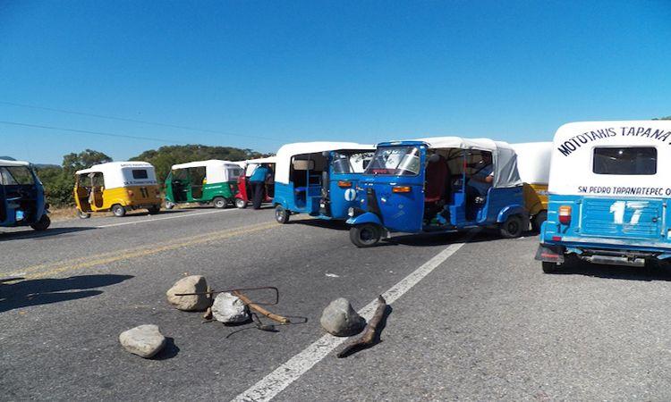 Mototaxistas bloquean carretera. Foto de Río Oaxaca.