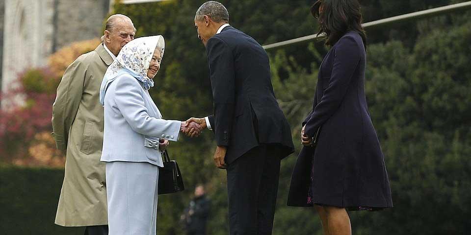 Se reúnen los Obama con la reina Isabel II y su esposo - Foto de AP